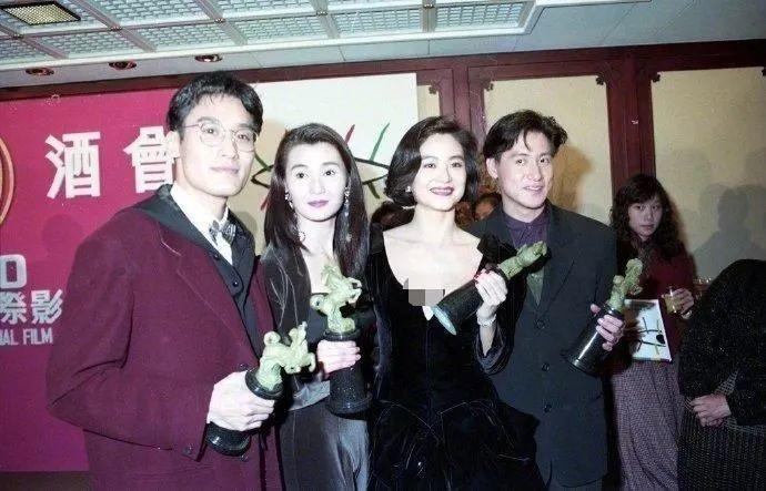 林青霞才是真正的大美人,穿小黑裙同框张曼玉,气质