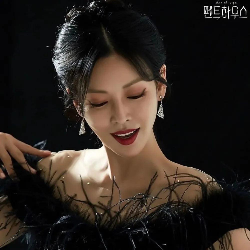 """《顶楼》里的""""致命女人"""",韩国顶级富太衣橱又升级"""