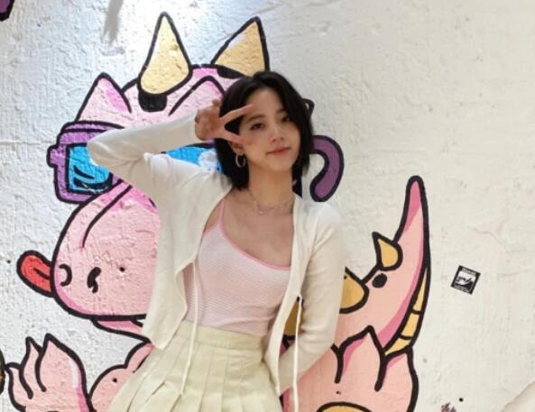 欧阳娜娜晒私服,小吊带搭配百褶裙,又纯又性感